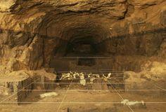 """Eingang zur Unterwelt: Wissenschafter wollen in einer historischen Tempelanlage im Zentrum Mexikos den Eingang zur """"Unterwelt"""" der Teotihuacan-Kultur entdeckt haben. In dem Tunnel zwischen der Sonnenpyramide und dem Tempel der gefiederten Schlange nordöstlich von Mexiko-Stadt sind rund 50.000 Opfergaben gefunden worden. Mehr Bilder des Tages auf: http://www.nachrichten.at/nachrichten/bilder_des_tages/ (Bild: Reuters)"""