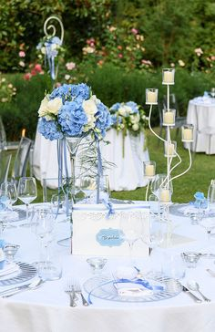 Wedding lights: bright ideas to set up the location- Luci per matrimonio: idee luminose per allestire la location Romantic blue wedding, centerpiece with flowers and candlestick - Baby Blue Weddings, Blue White Weddings, Wedding Centerpieces, Wedding Table, Wedding Decorations, Decor Wedding, Wedding Colors, Wedding Flowers, Quince Decorations