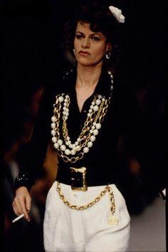 Sandra Bernhard au défilé Chanel printemps-été 1993, colliers perles