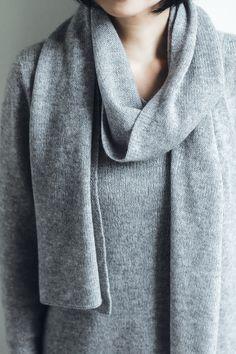 草露白(くさのつゆしろし)カシミヤのセーターとストール  同色のセーターとストールを、ご一緒にお買い求め頂けるセットをご用意しました。ライトグレーで明るい装いをたのしんだり、グレーでシックな装いをたのしんだり。セータとストールをお持ちいただくことで、コーディネートの幅もぐっとひろがります。また、ご自身でご使用される以外にも、軽くてあたたかいピュアカシミヤは、これからの季節の贈り物としても最適です。  ¥36,720  #カシミヤ #cashmere #knit #ニット #セーター #ストール