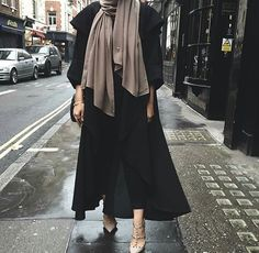Image uploaded by 𝐻𝒾𝒿𝒶𝒷𝑒𝓈𝓉𝒾𝒸. Find images and videos about hijab, modest and abaya on We Heart It - the app to get lost in what you love. Islamic Fashion, Muslim Fashion, Modest Fashion, Fashion Outfits, Hijab Fashionista, Mode Abaya, Mode Hijab, Modest Wear, Modest Outfits