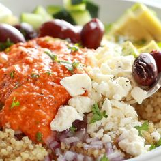 Quinoa Bowls - Mediterranean Quinoa Bowls with Roasted Red Pepper Sauce! A mix of quinoa, cucumbers or kale or spi -Mediterranean Quinoa Bowls - Mediterranean Quinoa Bowls with Roasted Red Pepper Sauce! A mix of quinoa, cucumbers or kale or spi - Veggie Recipes, Vegetarian Recipes, Cooking Recipes, Veggie Food, Qinuoa Recipes, Crockpot Recipes, Cooking Tips, Veggie Quinoa Bowl, Feta Cheese Recipes