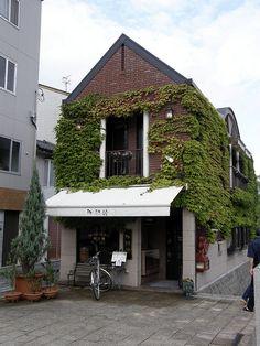 Coffee shop Matsue - warehouse converted to cafe. Cafe Bar, Cafe Bistro, Cafe Shop, Bakery Cafe, Coffee Shop Design, Cafe Design, Store Design, Café Restaurant, Restaurant Design
