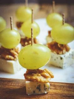Delicious Toothpick Appetizers With Cheese - Tasty Food Ideas Finger Food Appetizers, Appetizers For Party, Finger Foods, Appetizer Recipes, Toothpick Appetizers, Shower Appetizers, Canapes Recipes, Gourmet Appetizers, Party Food Platters