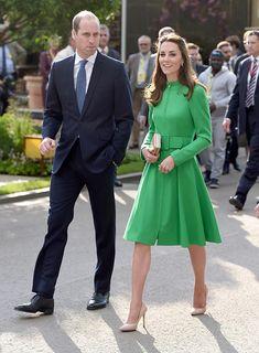 """vr Duquesa de Cambridge Acto: Visita a una exhibición floral """"Chelsea Flower Show"""" en Londres (Reino Unido). Fecha: 23 de mayo de 2016. 'Look': La duquesa de Cambridge optó por un abrigo en tono verde con cremallera y cinturón"""