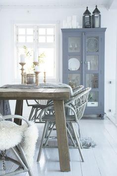 Houten tafel, blauw/grijzekast, wol, kaarsen.. Gaaf!!