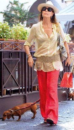 Es la musa de Karl Lagerfeld y Chanel es su firma de cabecera. El chaleco de tweed se combina perfectamente con la falda lápiz en estampados azules. El bolsito de lana de la misma firma gala hacen el look irresistible.