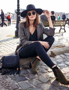 Mais simples impossível! Calça preta, blazer e chapéu. Confortável e charmoso.