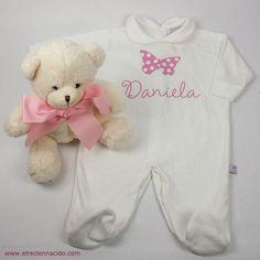 Pijama de bebé personalizado mariposa   Divertido pijama de bebé con el nombre de la niña en la parte delantera. Recuerda que perosnalizamos en el momento, para que tu pedido llegue lo antes posible. 18,90 €