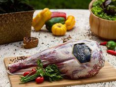 Pernil de Cordeiro Quirós Gourmet - É o corte traseiro do cordeiro. Fica perfeito no forno, com apenas sal, pimenta e legumes. Embalagem tem peso médio de 1,400kg. www.quirosgourmet.com.br