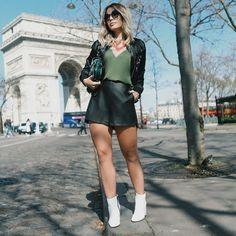 """3e0d74589 Bomber, couro e bota branca 💗💗 O look é @donnaritzoficial - amo esse mix  de militar com rose e preto! Combinei com a botinha…"""""""