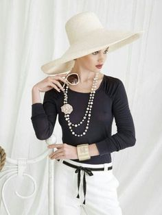 Simplicity Outfit from Coco Chanel Mode Chic, Mode Style, Style Me, Moda Chanel, Look Retro, Cooler Look, Jazz Age, Raglan Shirts, Chanel Fashion