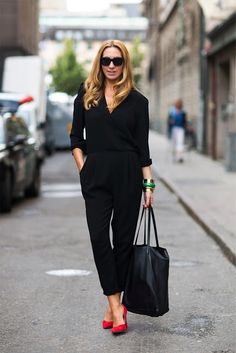 Total Black Outfit with red high heels / all black / jumper / chic women / red shoes / scarpin / basic and classic / stylish
