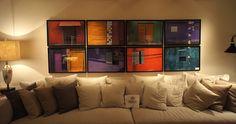 Os oito quadros coloridos desta sala mostram fotografias de janelas, portas e pinturas de diferentes lugares. #casacor