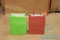 Bolsas de papel efímeras con el asa de color.