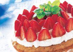 Frugttærte med marcipanbund og jordbær - Pynt frugttærten med jordbær og flødeskum. Læs Odense Marcipans nemme opskrift her.