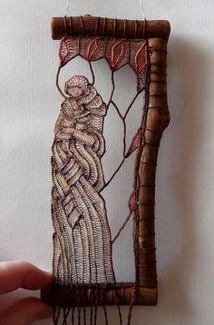 Esculturas de renda ligadas a galhos e pedaços de madeira de Ágnes Herczeg