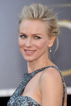 Red Carpet Beauty Oscars, February 2013 - Naomi Watts paired pink lips and subtle eye make-up with a romantic up-do. Naomi Watts, Celebrity Hairstyles, Hairstyles Haircuts, Wedding Hairstyles, Wedding Makeup For Brunettes, Natural Wedding Makeup, Beachy Blonde Hair, Oscars, Oscar 2013