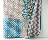Free tutorial for a simple chevron quilt. A sewing pattern to make a quilt with chevron fabric on the back. Baby Quilt Tutorials, Beginner Quilt Patterns, Baby Quilt Patterns, Quilting For Beginners, Quilting Patterns, Baby Patchwork Quilt, Lap Quilts, Chevron Quilt, Panel Quilts
