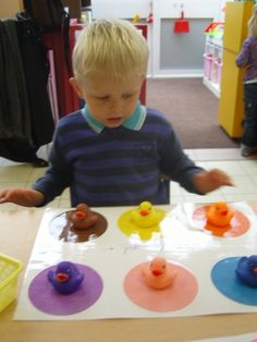 Gekleurde bordjes maken waar bij ze het juiste kaartje van kleur erbij moeten leggen
