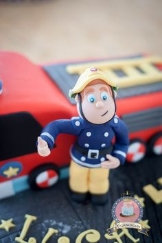 Gestalte aus Fondant mithilfe der Kuchenkönigin Schritt für Schritt deinen Feuerwehrmann Sam als Cake Topper! Das Unikat auf jeder Feuerwehr Torte!