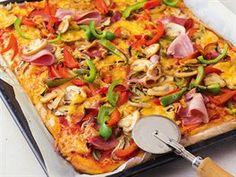 Božský slaný koláč, indické kuře i lívance. Bílý jogurt v hlavní roli - iDNES.cz Salami Pizza, A Food, Food And Drink, Savoury Cake, What To Cook, Paella, Mozzarella, Finger Foods, Vegetable Pizza