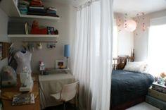 cortines, lampara del sostre i decores