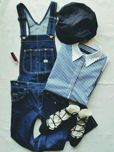 ストライプシャツとサロペット、キャスケット帽を組み合わせたマリンコーデ☆トレンドのレースアップシューズに靴下を合わせて女性らしさもバッチリ!