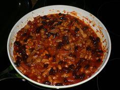 Cibuli zpěníme na oleji, přidáme slaninu,  pak maso nakrájené na nudličky…