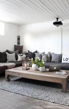 salon contemporain en blanc et gris avec table basse rustique en bois massif
