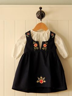 sweet little embroidered dress // posie gets cozy - Kinder Kleidung Frocks For Girls, Kids Frocks, Little Dresses, Little Girl Dresses, Girls Dresses, Vintage Baby Dresses, Baby Girl Fashion, Kids Fashion, Fashion Outfits