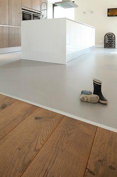 Mooie overgang van gietvloer naar houten vloer