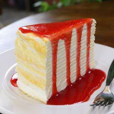 Crêpes-Kuchen mit Erdbeersoße