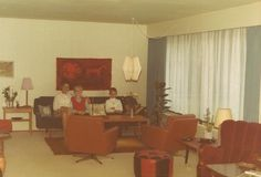 """Ken Fynbo, 55, Brøndby Strand. Vores stue som den så ud i 1970. Huset er bygget i 1967, da jeg var 5 år. Oprindelig sommerhusgrund købt i 1965, som vi brugte de første år og herefter bebyggede. Jeg bor stadig i huset (arvet) og sommerhuset fra 1923 står iøvrigt stadig på grunden i oprindelig stand og udførelse. Det er ikke kun bønder, der arver """"slægtsgården"""" (1970)."""