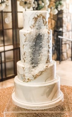 26 Geode Wedding Cakes On Your Big Day - Hibrides Elegant Wedding Cakes, Wedding Cake Designs, Geode Wedding Cakes, Elegant Cakes, Fall Wedding, Dream Wedding, Wedding White, Forest Wedding, Purple Wedding
