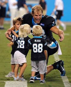 Carolina Panthers tight end Greg Olsen, right, greets son Tate, left, and… Football Pads, Football Love, Football Players, Football Team, Carolina Panthers Football, Panther Football, Panthers Game, Jerseys Nfl, Panther Nation
