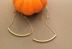 Cadena de mini bolitas de plata con tubo de latón chapado en oro.La cadena mide 40 centímetros, con un alargo de 1 centímetro. Si lo prefieres de otra medida escríbeme y lo adaptaré a tu gusto.Escoge, en el desplegable, si quieres la cadena en plata o en plata chapada en oro.