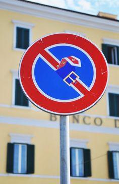 Aunque no es un anuncio...es de Clet Abraham, el artista que repiensa las señales de tráfico.