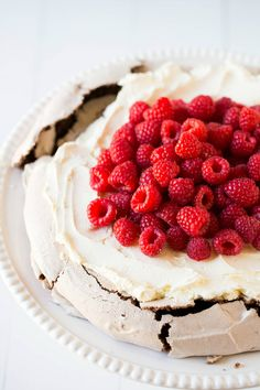 Chocolate Pavlova with Mascarpone Whipped Cream and Raspberries ( well measures are Tb, which arn't SI etc. but all is about I call that '' beze '' and mascarpone -cream combination Chocolate Dishes, Chocolate Cheese, Chocolate Recipes, Cookbook Recipes, Dessert Recipes, Fun Recipes, Dinner Recipes, Chocolate Pavlova, Pavlova Recipe