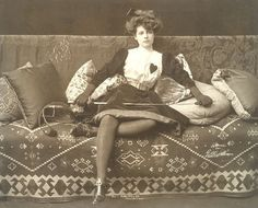 Une femme telle que Romain Crèvecoeur en rêve et des chaussures qu'il volerait très certainement. http://antoniamedeiros.com/bibliographie/