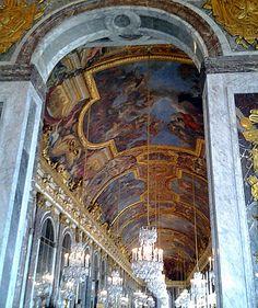 Salão dos Espelhos no Palácio de Versalhes, Paris.