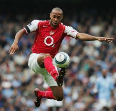 Thierry Henry was once described by Arsenal manager Arsène Wenger, as 'the greatest striker ever'. Best Football Players, Arsenal Football, Football Kits, Soccer Players, Football Soccer, Arsenal Players, Arsenal Fc, Manchester City, Sport