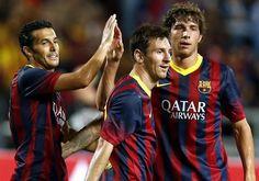 RUN52 BANGKOK (TAILANDIA) 07/08/2013.- El futbolista del FC Barcelona Pedro Rodríguez (i) saluda a sus compañeros, Lionel Messi (c) y Sergio Roberto (d), durante un partido amistoso que el FC Barcelon
