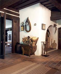Klenba v síni a kobka kamen, kterou vidíme ve dveřích, vypovídá o velikosti celé stavby