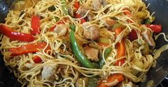 """Fabulosa receta para Fideos chinos con verdura y pollo. En la cocina china se incluyen diferentes tipos de fideos, denominados miàn (麪/麵 面); a menudo transliterados como """"mien"""" o """"mein"""". """"Miàn"""" (麪) se refiere a los fideos elaborados con harina de trigo mientras que """"fěn"""" (粉) o """"fun"""" se refiere a los fideos elaborados con arroz (fideo de arroz).  Muy diferente de muchas pastas y tallarines occidentales, los fideos chinos se elaboran con pasta ligeramente salada, por esta razón no requiere…"""