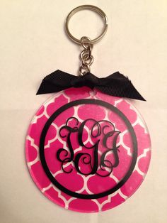 Items similar to Customized Quartefoil Vinyl Monogrammed Keychain Round on Etsy Monogram Keychain, Keychain Design, Vinyl Monogram, Diy Keychain, Monogram Gifts, Vinyl Crafts, Vinyl Projects, Resin Crafts, Silhouette Cameo Vinyl