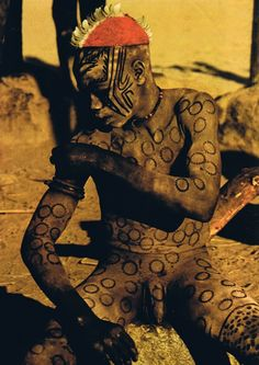 "Africa | ""Young man painting his body"" 