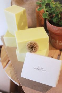 /沒有香味的肥皂/  小家有愛,想作一件美好的事 喜愛日常裡的天然性清潔品 於是 我們選擇手工肥皂  為什麼會是沒有香味的肥皂?  許多人常認為 手工皂是一種昂貴的日用品 於是 減少了氣味、顏色、誇飾的療效 我們作出「沒有香味的肥皂」系列 讓一塊肥皂回歸到它的本質 清潔 在不傷害環境與身體的前提之下...