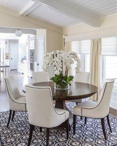 table ronde salle à manger, intérieur cosy en couleurs claires