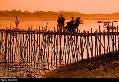 bamboo-bridge-across-the-mekong-river-to-koh-pen-island-kompong-cham-BE2GH3.jpg (640×446)